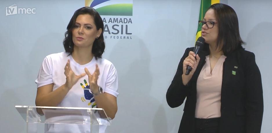 Michelle Bolsonaro colabora com novas  políticas para surdos